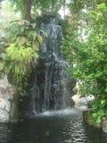 Vieja opinión artificial de la cascada del templo budista de Tailandia fotografía de archivo