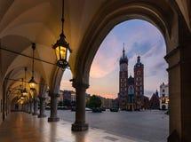 Vieja opinión de centro de ciudad con la basílica del ` s de St Mary en Kraków Imágenes de archivo libres de regalías