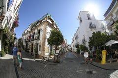Vieja opinión de la calle de la ciudad de Marbella imagen de archivo libre de regalías