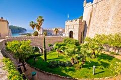 Vieja opinión de la entrada de la puerta de Ploce de la ciudad de Dubrovnik fotos de archivo libres de regalías