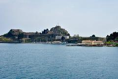 Vieja opinión de la fortaleza de Corfú del mar Imagen de archivo