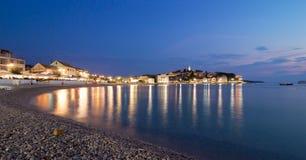 Vieja opinión de la noche de la ciudad de Primosten, Croacia Imagen de archivo