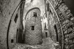 Vieja opinión estrecha de la calle de Girona medieval Cataluña, España del noreste Fotografía de archivo libre de regalías