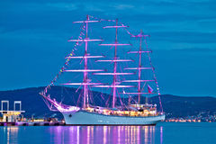 Vieja opinión iluminada de madera de la noche del velero Fotografía de archivo libre de regalías