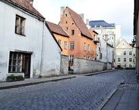Vieja opinión medieval de la calle de la ciudad de Tallinn Fotografía de archivo