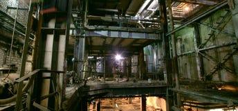 Vieja oscuridad que decae la fábrica sucia imágenes de archivo libres de regalías