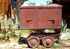 Vieja, oxidado, la tarjeta del ferrocarril contiene rocas Foto de archivo