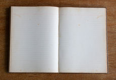 Vieja página en blanco del cuaderno en la tabla de madera Imágenes de archivo libres de regalías