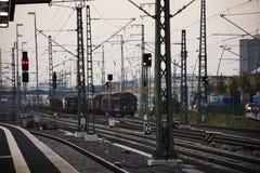 Vieja parada retra clásica del tren en las vías de ferrocarril que esperan la reparación Imagen de archivo