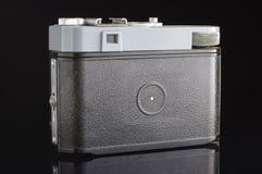 Vieja parte posterior de la cámara de la película con el visor aislado en el fondo negro Fotografía de archivo