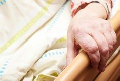 Vieja persona cuidado-dependiente imagen de archivo