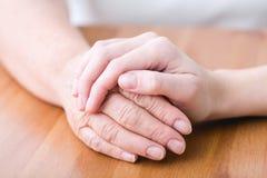 Vieja persona enferma que tiene ayuda Imagen de archivo libre de regalías