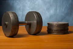Vieja pesa de gimnasia en el piso de madera imágenes de archivo libres de regalías