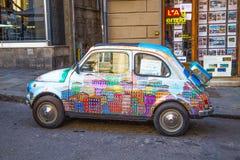 Vieja pintura de la mano de Fiat 500 Cinquecento en las calles de Génova, Italia fotos de archivo