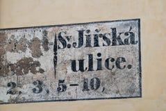 Vieja placa de calle del cuarto judío de la ciudad de Praga Foto de archivo libre de regalías