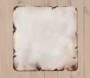 Vieja placa de metal con la trayectoria de recortes sobre el ejemplo de madera del fondo 3d Fotos de archivo libres de regalías