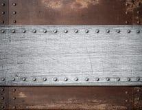Vieja placa de metal sobre fondo oxidado fotografía de archivo libre de regalías