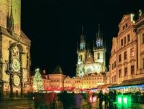 Vieja plaza de Praga durante el tiempo de la Navidad, scape de la noche Foto de archivo libre de regalías