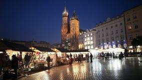 Vieja plaza del mercado de la ciudad de Kraków en la noche almacen de video