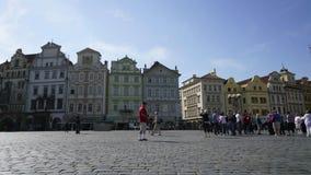 Vieja plaza en Praga almacen de metraje de vídeo