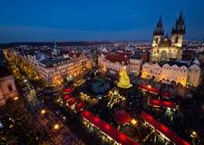 Vieja plaza en Praga durante la estación de la Navidad Imagenes de archivo