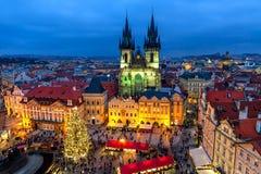 Vieja plaza en Praga en el tiempo de la Navidad Foto de archivo
