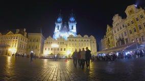 Vieja plaza en Praga en la noche almacen de metraje de vídeo