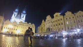 Vieja plaza en Praga en la noche almacen de video