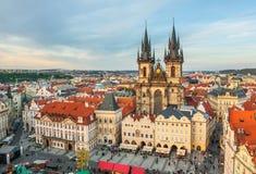 Vieja plaza en Praga, República Checa en la puesta del sol Imagen de archivo libre de regalías
