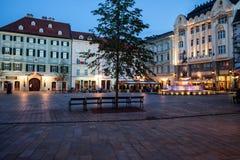 Vieja plaza principal de la ciudad de Bratislava en la oscuridad Imagen de archivo libre de regalías