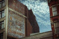 Vieja publicidad en el edificio Imágenes de archivo libres de regalías