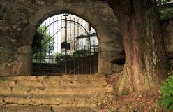 Vieja puerta al cementerio viejo Fotos de archivo libres de regalías