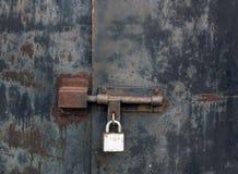 Vieja puerta bloqueada oxidada del metal Imagen de archivo libre de regalías