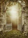 Vieja puerta de jardín con la hiedra