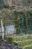 Vieja puerta de jardín oxidada, puerta, con una escalera de piedra en el jardín Fotografía de archivo libre de regalías