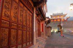 Vieja puerta de la casa y de la ciudad en la ciudad antigua de Dali Fotografía de archivo