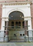 Vieja puerta de la iglesia con enrejado en Amsterdam fotografía de archivo libre de regalías