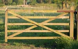 Vieja puerta de madera al paraíso Fotos de archivo