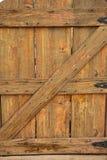 Vieja puerta de madera con las bisagras negras Imagen de archivo