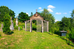 Vieja puerta de madera que lleva al cementerio Fotos de archivo libres de regalías