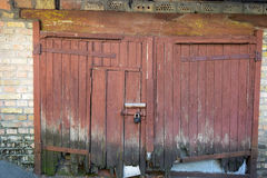 Vieja puerta de madera roja Imagen de archivo