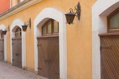 Vieja puerta de madera situada en la ciudad vieja fotografía de archivo