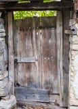 Vieja puerta de madera de una casa abandonada en el pueblo búlgaro de Debnevo imagenes de archivo
