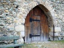 Vieja puerta del castillo Fotos de archivo libres de regalías