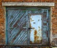 Vieja puerta del garaje cerrada fotos de archivo libres de regalías