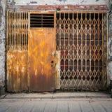 Vieja puerta del hierro del Grunge imágenes de archivo libres de regalías