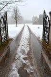 Vieja puerta del metal y camino rural en niebla Fotografía de archivo