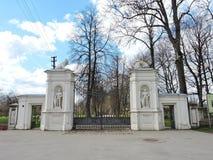 Vieja puerta del parque de la ciudad de la zambullida, Lituania Fotos de archivo libres de regalías