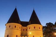 Vieja puerta en Beauvais en la noche fotografía de archivo libre de regalías