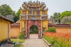 Vieja puerta en la ciudad imperial de la tonalidad Imagen de archivo libre de regalías